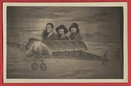 Carte Photo Montage Trucage 3 Personnes Dans Un Avion Fictif , Année 1925 , 2 Scans - Fotografía