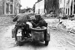 Militaria WW2  - Paras Allemands Sur Un Side-car De Reconnaissance En Normandie à L'été 1944 - 1939-45