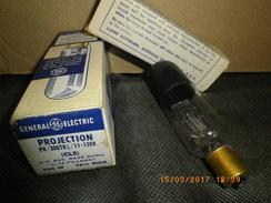 LAMPE PROJECTEUR CINEMA 110 / 120 V 300 W - GE - CULOT Ba 15s - CALOTTE NOIRE - - Projectores