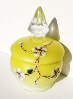 Petit Pot Art Déco Avec Couvercle Opaline Jaune Et émail Décor Fleurs 1920 - Glas & Kristal