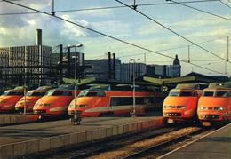 TGV PARIS SUD EST  Paris Gare De Lyon Rames TGV Pretes Pour La Desserte De La Ligne Nouvelle - Treinen