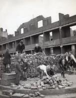 Pays Bas WWII Rotteradm En Ruines Enfant Aidant A La Reconstruction Ancienne Photo 1940's