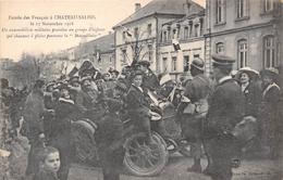 57-CHATEAU-SALINS- ENTREE DES FRANCAIS, 1918 UN AUTOMOBILISTE MILITAIRE PROMENE UN GROUPE D'ENFANTS QUI CHANTENT - Chateau Salins