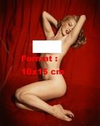 Reproduction D'une Photographie De La Sensuelle Marilyn Monroe Entièrement Nue Sur Un Drap Rouge - Reproductions