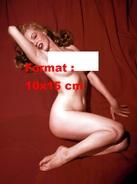 Reproduction D'une Photographie De La Sensuelle Marilyn Monroe Posant  Nue Avec Un Bras Tendu Sur Un Drap Rouge - Reproductions