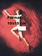 Reproduction D'une Photographie Marilyn Monroe étendue Et Nue Posant Sensuellement Sur Un Drap Rouge - Reproductions