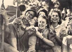 75 - Guerre 1939-45 - Liberation De Paris - Joie Partagee - Militaria Soldat Fusil Femmes N°89 - France