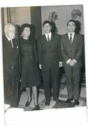 PHOTOGRAPHIE DE PRESSE Mr ANDRE MAUROIS ET Mme DEL DUCA ET LAUREATS DE LA FONDATION DEL DUCA 1967 AGIP - Famous People