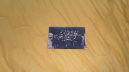 CARTE POSTALE PHOTO ANCIENNE NON CIRCULEE DATE ?. / MILITAIRES, REGIMENT ?. AVEC TIMBRE 5C. VENDU AU PROFIT DE L'OEUVRE - Regiments