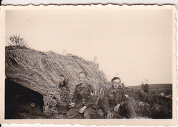 Foto Deutsche Soldaten Vor Strohhütte - 2. WK - 8*5cm (28151) - Orte