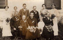 Carte Photo Originale Famille Triste Autour D'un Jeune Prêtre Catholique Venant De Recevoir Son Ordination - Vocation - Persone Anonimi