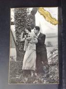 CP. 609. Photo D'un  Couple Contre Un Arbre - Couples