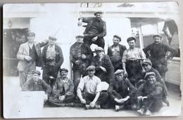 Carte Photo Ouvriers Marins Pêcheurs Posant Sur Un Bâteau De Pêche - Cartes Postales
