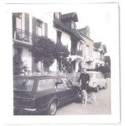 Photo Automobiles Ford & Renault 4L, Femme Et Chien Loup - Automobiles