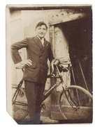 Photo Jeune Homme Et Son Vélo - Personnes Anonymes