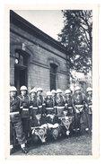 Photo Soldats Devant Caserne - Guerre, Militaire