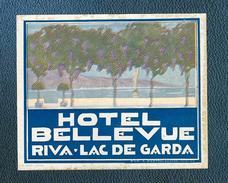 Belle étiquette Autocollante (années 30-40)  Hôtel BELLEVUE à RIVA,Lac De GARDE, ITALIE - Etiquettes D'hotels