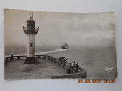 CP 76 DIEPPE - Le Phare  Groupe De Pêcheurs  En Action Au Bout Du Môle - Au Loin Le Bateau Arromanches Vers 1950 - Dieppe