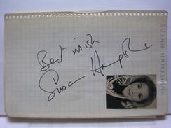 AUTOGRAPHES SUR PAPIER RECTO/VERSO - SUSAN HAMPSHIRE + JACQUES SANTI - Autographes