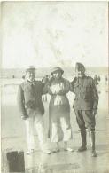 Carte Photo. Couple & Militaire à La Plage. Ecrite à Heist.  Voir Dos. - Guerre, Militaire