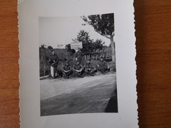 ENVIRONS DE BORDEAUX WW2 SOLDATS ALLEMANDS POSANT DANS LE VIGNOBLE BORDELAIS VIN VIGNE 24.8 KMS NATIONALE PANNEAU INDICA - Unclassified