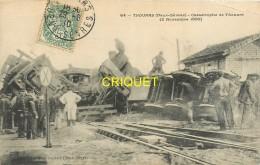 79 Thouars, Catastrophe De 1899, Le Train Accidenté, Déblaiement Avec Ouvriers, Militaires..., Affranchie 1910 - Thouars