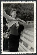 A2421 - Altes Foto - Mode - Snapshot Schnappschuß - Junge Frau Beim Anziehen O. Ausziehen? - Photographie