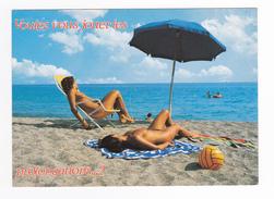 Prolongation Des Vacances ? Belles Baigneuses Aux Seins Nus Allongées Sur Le Sable - Femmes