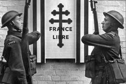 Militaria WW2 - Deux Soldats Des FFL Présentent Les Armes Devant L'entrée De Carlton Gardens à Londres - 1939-45