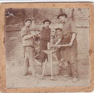 CARD PHOTO8,5X8 VECCHIA PHOTO FABBRO? RIPARA RUOTE CARRI----2-0882 -27124 - Kunsthandwerk