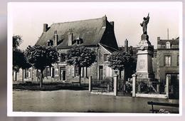 FUMAY . Le Monument Aux Morts Et La Gendarmerie . - Fumay