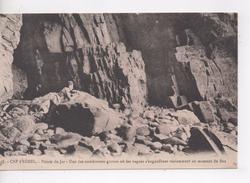 Cpa.22.Le Cap Fréhel.Pointe Du Jas.Une Des Nombreuses Grottes.animé Un Personnage - Cap Frehel