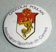 Vintage Ancien Badge En Tôle émaillée, Chocolat POULAIN, ASC Association Sportive De Cannes Football - Chocolat