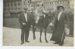 DIEPPE - Belle Carte Photo Couple élégant Avec Fillette Sur Un âne Prise à DIEPPE En 1910 - Photo HEMERY à DIEPPE - Dieppe