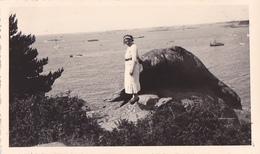 26187 Deux 2 Photo De 1936 Bretagne France -Perros Guirec - Femme Mode Rocher Plage - Lieux