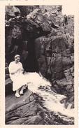 26188 Deux 2 Photo De 1936 Bretagne France -Perros Guirec - Femme Mode Rocher Plage