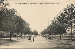SAINTE - PAZANNE   *** Avenue De La Gare Prise Au Sud  *** Belle Cpa Animée - France