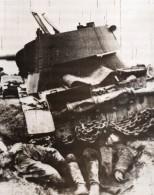 Russie Tank Russe Et Soldats Morts WWII WW2 Front De L'Est Ancienne Photo 1941