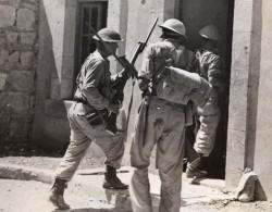 Syrie Liban? Kiame Troupes Australiennes Entrant Un Fort Francais WWII WW2 Ancienne Photo 1941 - Guerre, Militaire