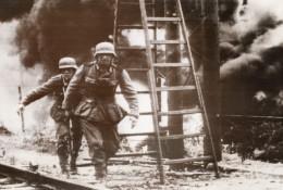 Russie Soldats Allemands Avancant Sur Ville Russe WWII WW2 Ancienne Photo 1941