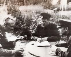 Russie Prisonnier Allemand Questionne Par Officiers De L'Armee Rouge WWII WW2 Ancienne Photo 1941