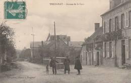 CPA:TREIGNAT (03) TROIS HOMMES AU MILIEU DE L'AVENUE DE LA GARE...ÉCRITE - Francia