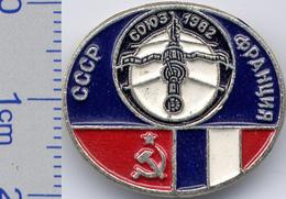 104 Space Soviet Russia Pin. INTERKOSMOS USSR-France 1982 - Raumfahrt