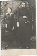 CPA Photo Numérotée Maman Et Sa Fillette Avec Leur Petit Sac à Main Au Dos ROLLIN AMANVILLERS - Cartes Postales