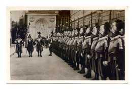 528 - VATICAN - GARDE SUISSE - GARDES EN GRANDE TENUE AVEC LEUR DRAPEAU DANS LA COUR DU QUARTIER - Vatican