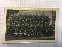 17M/1 - Photo Carte Groupe De Militaires Belges Officier 11 Régiment Ligne ??? Pied D'une Tour Lièges ? Namur ? - Guerre, Militaire