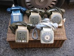 Lot Telephones Et Panière En Osier - Telephony
