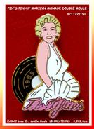 "SUPER Et ANCIEN PIN´S PIN-UP : MARILYN MONROE DOUBLE MOULE, ROBE BLANCHE, ""The FIFTIES"" Ecriture ROSE, Numérotée 122/150 - Pin-ups"
