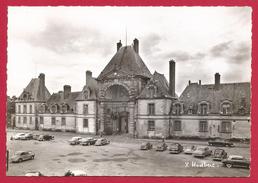 CPSM Fontainebleau - Le Palais - Sur La Place D'Armes - Le Grand Portail - Fontainebleau