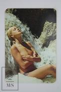 1975 Small/ Pocket Calendar - Sexy Topless Blonde Girl Standing Under Waterfall - Tamaño Pequeño : 1961-70